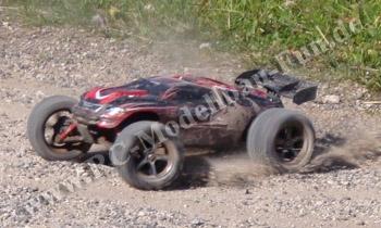Traxxas E-Revo VXL Brushless 1:16 4WD RTR auf Kies mit durchdrehenden Rädern