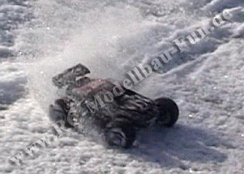 RC Truggy Traxxas E-Revo VXL Brushless 1:16 4WD RTR im Schnee