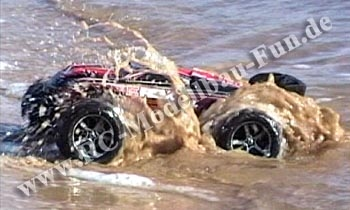 Wasserdichtes RC Auto (RC Truggy) Traxxas E-Revo VXL Brushless 1:16 4WD RTR im Wasser