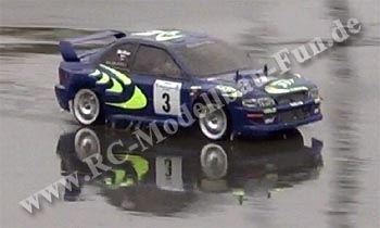 Ferngesteuertes Drift Auto Tamiya TA03F Subaru Impreza im Regen